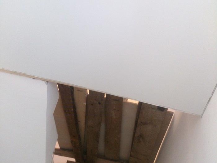 Фото натяжных потолков №Натяжной потолок в коридоре под лестницей