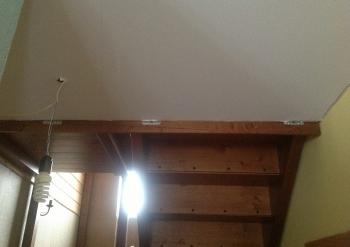 Фото натяжных потолков №Монтаж натяжного потолка под лестницей