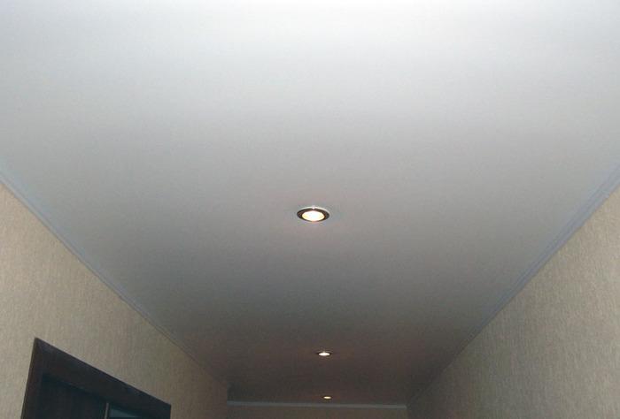 Фото натяжных потолков №потолок в коридоре с точечными светильниками