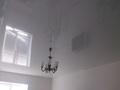 Глянцевый потолок с антуражной люстрой