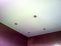 Фото Натяжной потолок в ванной с точечными светильниками